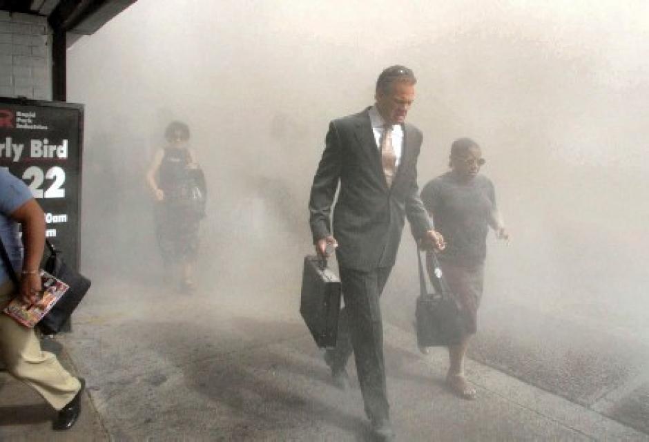 Habitantes tratan de huir del humo y las cenizas