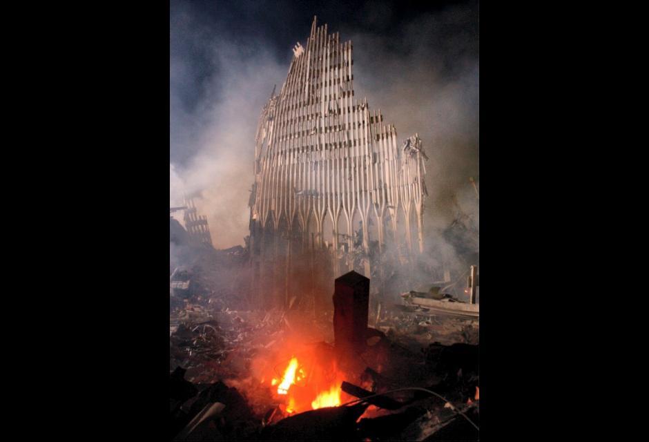 Las llamas persistían luego de la caída de las torres