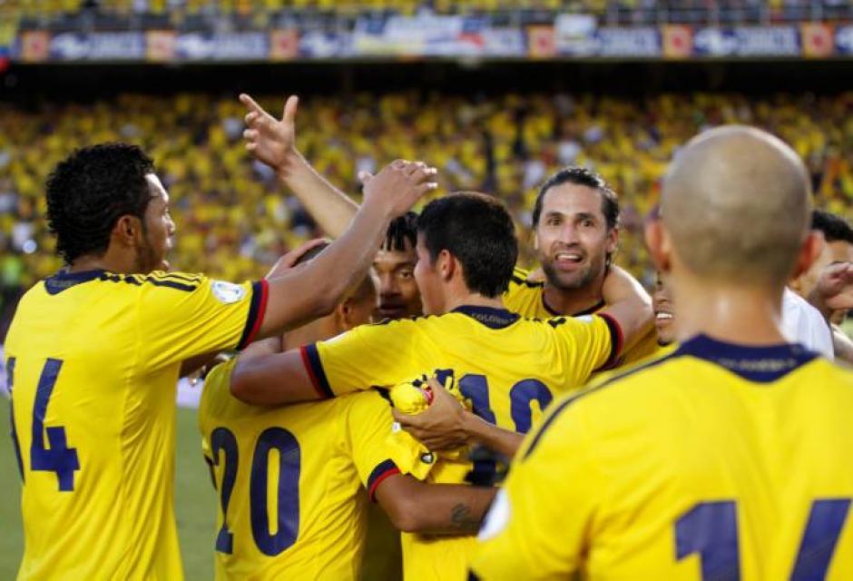 El onceno colombiano celebra uno de sus goles