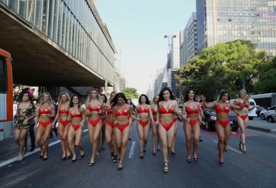 Las participantes de Miss Bum Bum en las calles de Sao Paulo, Brasil.