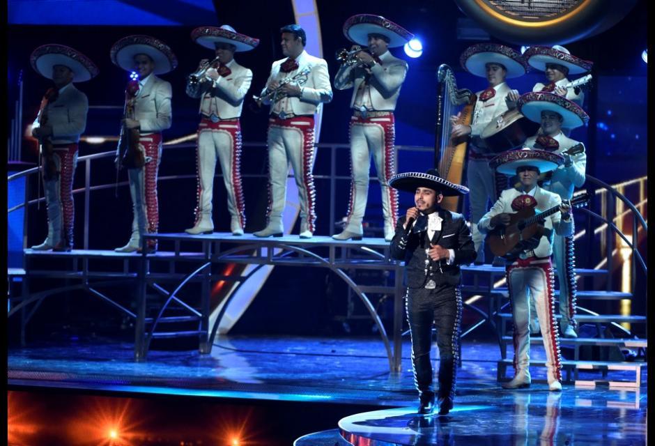 Espinoza Paz y el Mariachi Sol de México, interpretando