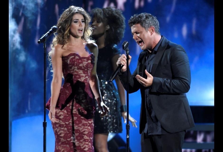 Alejandro Sanz y Paulina Vega cantando