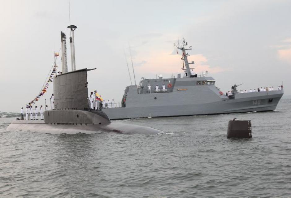 Revista naval por aniversario de la Armada.