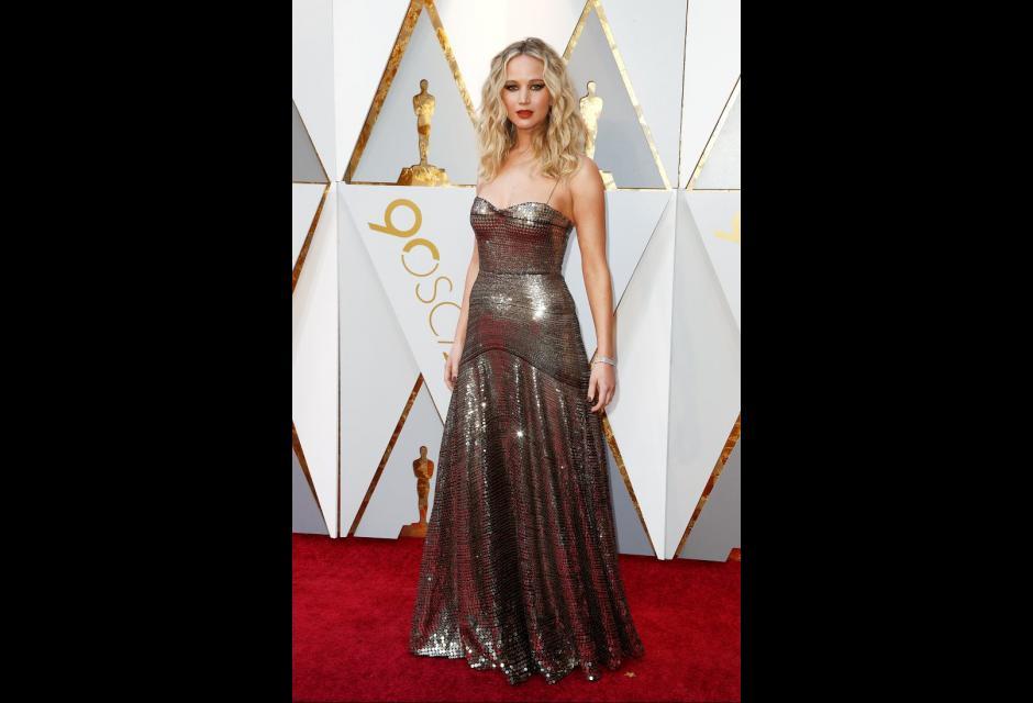 Jennifer Lawrence, en color oro viejo, pero con el mismo carácter fuerte y femenino.
