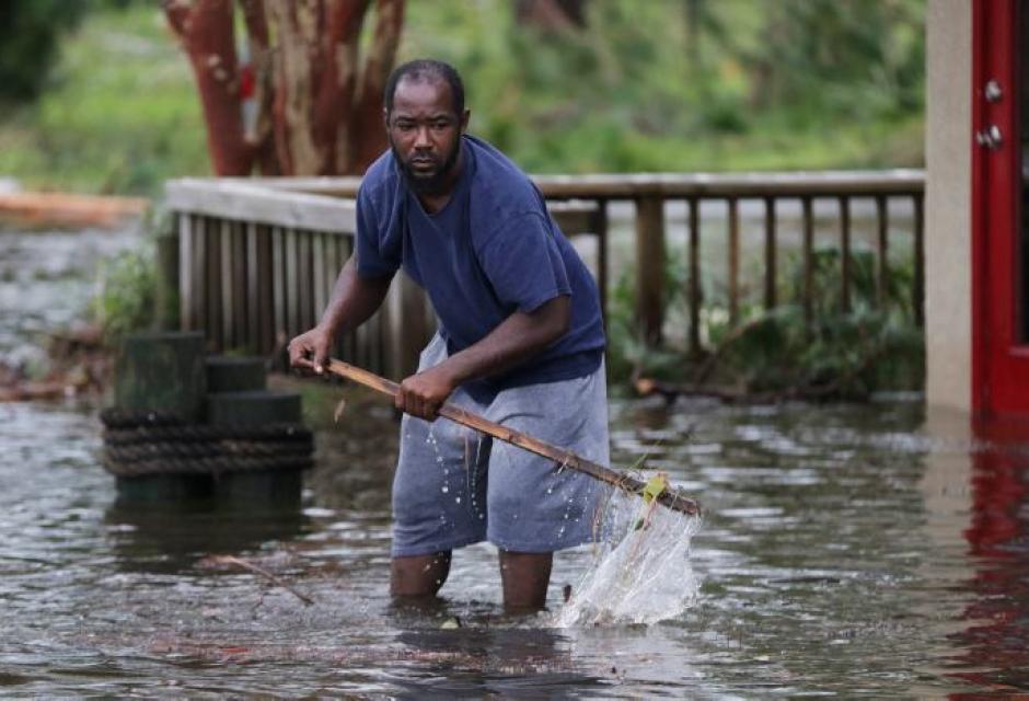 hombre camina por una calle inundada