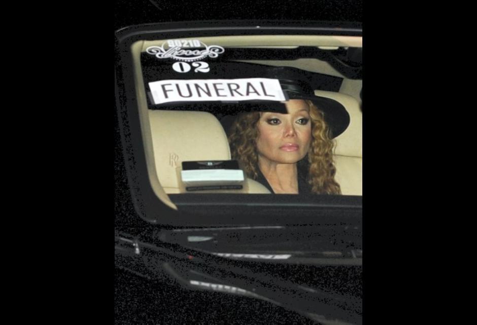 La Toya Jackson llegando al mausoleo de Forest Lawn Glendale.