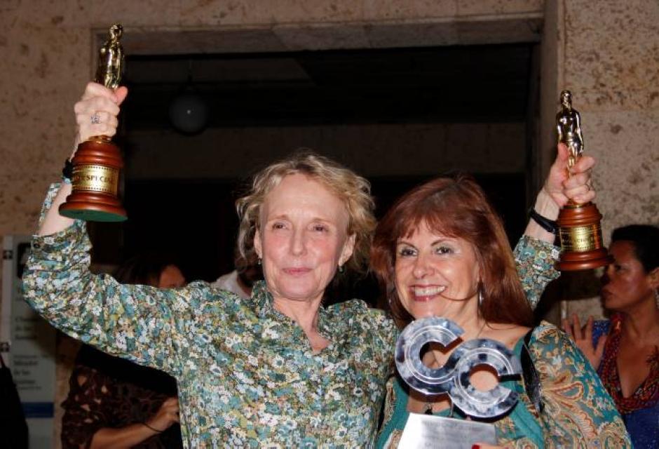 La directora de cine Claire Denis junto a Maria Núñez, quien recibió los premios