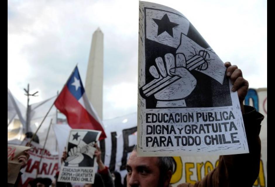 Con pancartas protestaron ante las reformas de Piñera