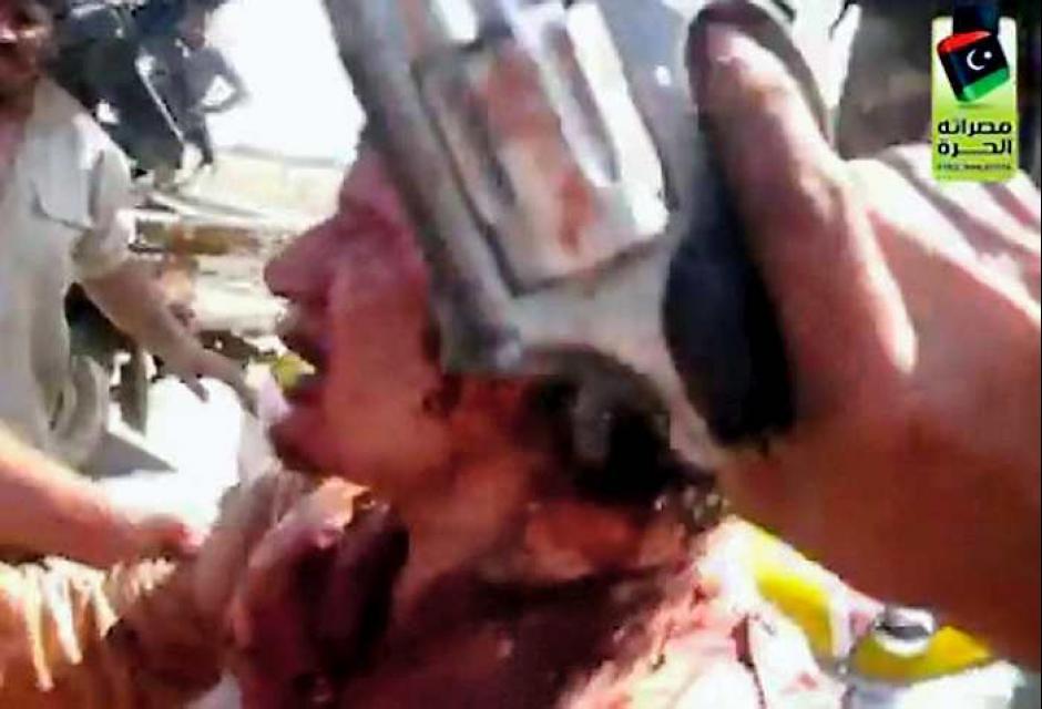 Escena tomada de un video de Gadafi al ser capturado por rebeldes