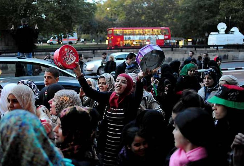 En Londres, libios salen a las calles para mostrar su felicidad