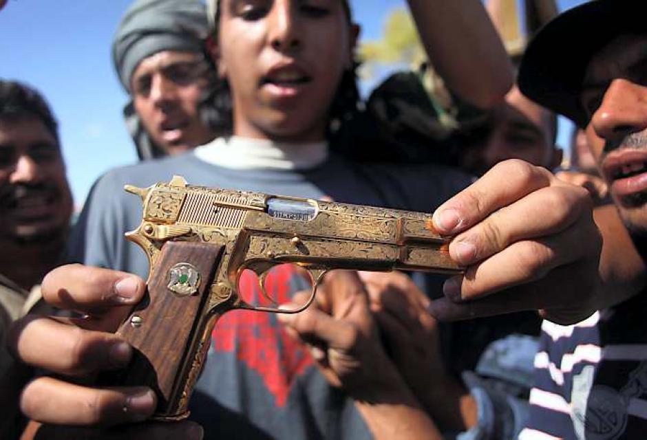 Arma de Gadafi es mostrada en señal de triunfo