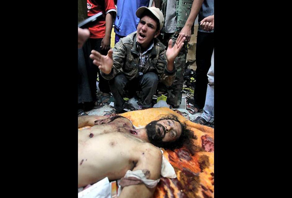 Libios celebran la muerte de Mutassem, hijo de Gadafi