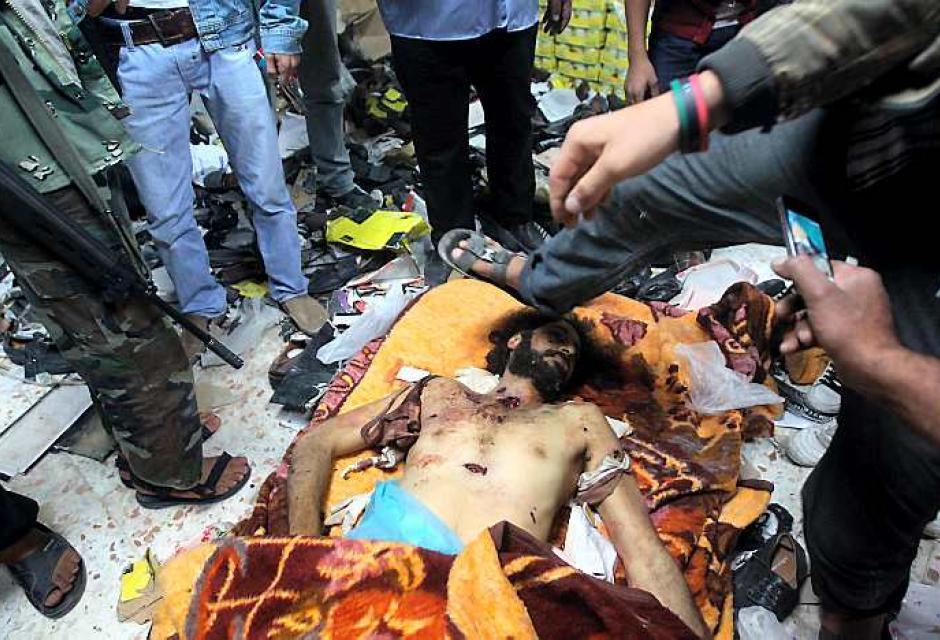 Libio golpea el cuerpo inerte del hijo de Gadafi