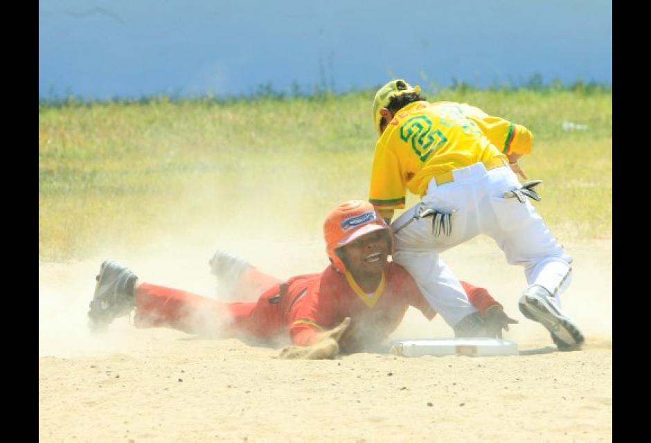 Daniel Zarkar, de Cartagena Rojo, es puesto en out por parte de Richar Vergara.