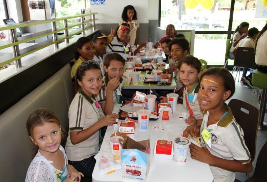 Gobernador Juan Carlos Gossaín invitó a un grupo de estudiantes de San Juan a conocer Cartagena.