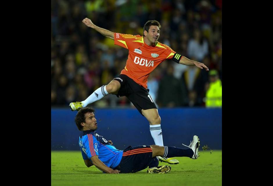 Lionel Messi y uruguayo Alvaro Gonzales