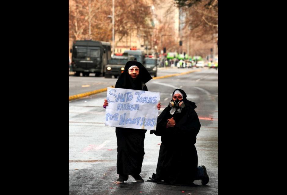 Chilenos protestan con disfraces