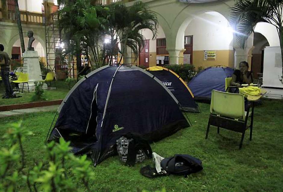 Udeceístas decidieron dormir en el Claustro de San Agustín