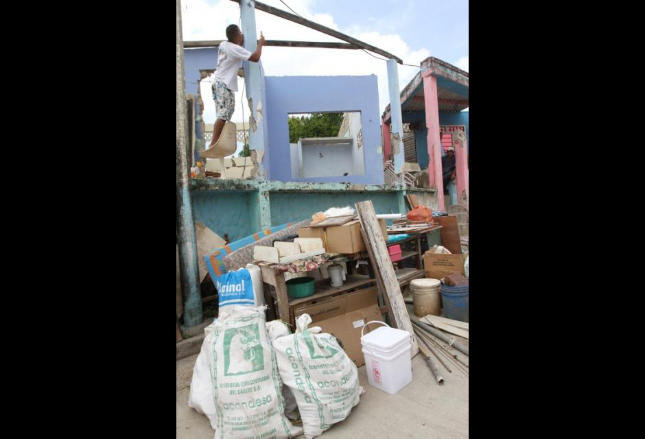 Habitantes tratan de salvar lo que queda de sus casas