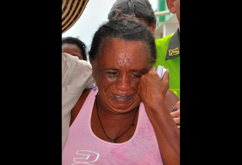 Mujer llora por la pérdida de su vivienda