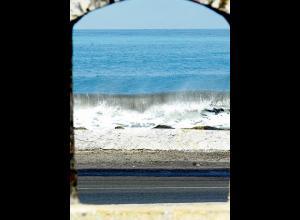 Muy cerca de las arcadas, la línea del mar.