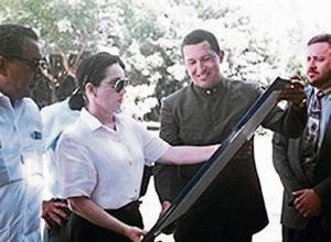 Chávez entrega la réplica de la espada de Simón Bolívar, al Museo bolivariano de