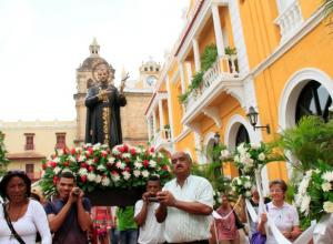 La procesión en honor a San Pedro Claver salió de la iglesia ( al fondo) que tiene el mismo nombre del santo.
