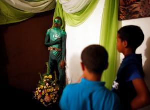 Cuerpo de Renato García vestido de Linterna Verde.