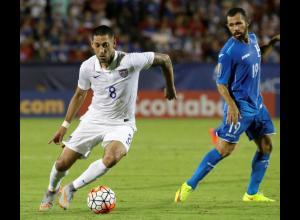 Clint Dempsey disputa un balón durante el EE.UU vs Honduras.