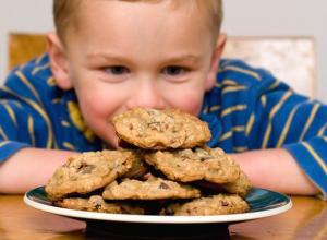 Según un estudio del British Medical Journal, existen al menos 12 estudios científicos que han investigado cómo los niños reaccionan a las dietas que contienen diferentes niveles de azúcar, evidenciando que no existe prueba de que altere su hiperactividad.