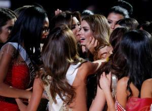 Ariadna es consolada por las demás participantes luego de lo sucedido.