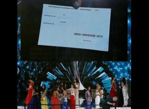 La tarjeta entregada por el jurado fue mostrada en las pantallas de la velada.