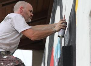 Hace tres años, Fin Dac vino a Cartagena y pintó varios murales en Getsemaní y en el barrio San Francisco. Su obra recrea rostros de mujeres nativas en sus enormes pinturas.