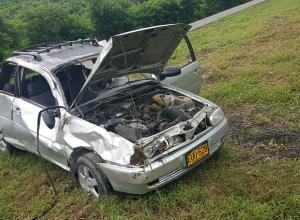 Dos vehículos particulares chocaron en el kilómetro 22 de la Vía del Mar. Tres personas salieron lesionadas.