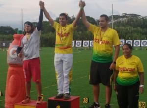 En el podio: Andrés Pila (oro), Daniel Pineda (bronce), ambos de Bolívar y Daniel Uribe (plata), de Valle. Los acompaña Bienvenida López, presidenta de la Liga de Tiro con Arco de Bolívar.