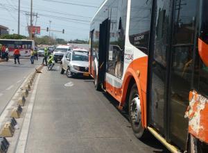 Bus de Transcaribe que impacto por costado a camioneta manejada por un norcoreano en Pie del Cerro.