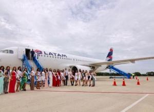 Las candidatas nacionales e internacionales durante su arribo al aeropuerto Los Garzones de Montería.