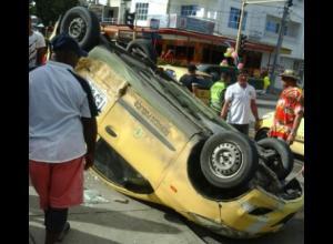 taxi chocó con  carro en Zaragocilla, dos heridos.