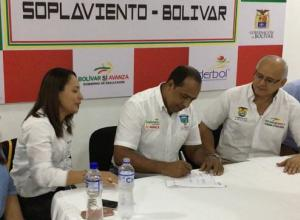 Momentos en el que Willington Romero, alcalde de Soplaviento, firma el acta para el nuevo hospital Vitalio Sará.