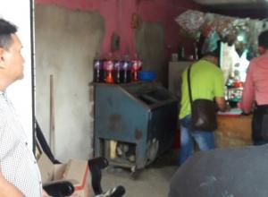 Jorge Quesada (izquierda), observó ayer en silencio una nueva inspección técnica que hicieron funcionarios de la Sijín en la casa donde mataron a su hija María Camila Quesada y a su exmujer Luz Dary Jiménez, en Cascajal.