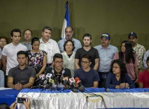 (en la mesa, i-d) Enrieth Martínez, Francisco Martínez, Lesther Alemán y Víctor Cuadra junto a la Unión de Productores Nicaragüenses (UPANIC), participan de una conferencia de prensa el pasado lunes 14 de mayo de 2018, en Managua (Nicaragua).