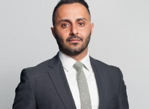Fotografía cedida por Avicanna Inc. que muestra al presidente de la compañía, Aras Azadian, en un laboratorio de la empresa en Toronto (Canadá).