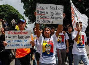 Manifestantes opositores participan en una marcha hasta la sede de la Organización de Estados Americanos (OEA), contra las elecciones presidenciales de este 20 de mayo, hoy, miércoles 16 de mayo de 2018, en Caracas (Venezuela).
