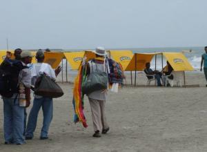 Vendedores informales en las playas de Bocagrande.