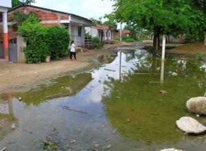 Aguas sucias en las calles de Puerto Rey.