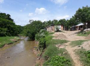 Casas a orillas del arroyo