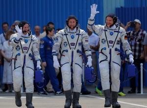 Los integrantes de la expedición 56-57 a la Estación Espacial Internacional (EEI), la astronauta de la NASA Serena Aunon-Chancellor (i), el astronauta de la ESA Alexander Gerst (d) y el astronauta de la Agencia Espacial Federal Rusa Sergey Prokopyev se despiden antes de la ceremonia de lanzamiento de la Soyuz MS-09 desde el cosmódromo de Baikonur en Kazajistán, este 6 de junio.