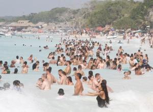 Bañistas en Playa Blanca.