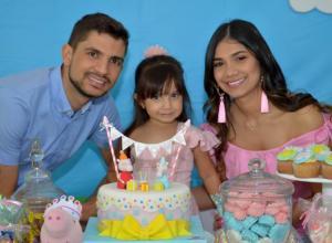 Cristian Cardona; la cumplimentada, Salomé Cardona Villalba y Marta Villalba.
