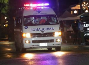 Una ambulancia ha abandonado con las luces de emergencia encendidas y a gran velocidad el monte donde está la entrada de la gruta.